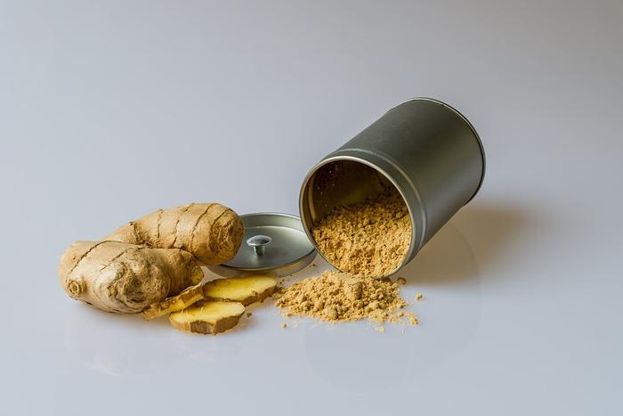 寒い冬はもちろん、冷房で冷えやすい夏場も、体の芯から温めて血流を良くしてくれる食材が生姜です。具材を炒める時に細かく刻んだ生姜を入れるか、もしくは具材を煮込む際に摩り下ろした生姜を入れてみてください。