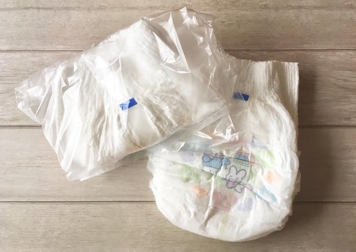 おむつセットといえば、おむつ・おしりふき・ビニール袋。でも、ついついそれらをただポーチに入れがちですよね。 オススメなのは、おむつを1枚ずつビニール袋に入れた状態で持ち歩く方法。