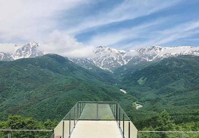 白馬・岩岳山頂付近にある「ザ シティベーカリー( HAKUBA MOUNTAIN HARBOR )」(後出)の展望デッキ。