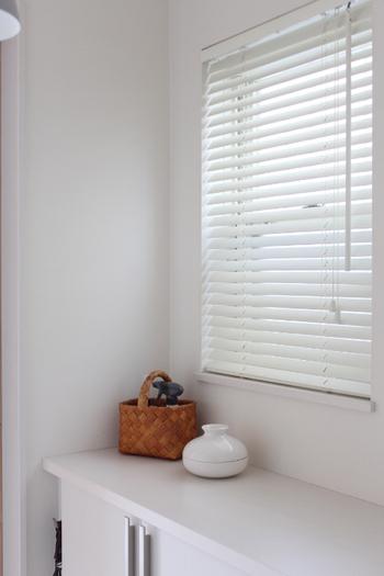 玄関には、おしゃれな蚊取り線香入れやナチュラルなかごなどを置くのもおすすめです。玄関で蚊をシャットアウト。日焼け止めや虫よけスプレーなどをカゴに入れておけば、お出かけ時にささっとケアできますね♪