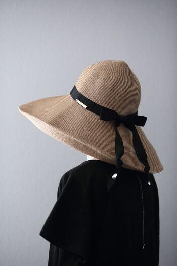 夏に日傘は必需品。でも荷物が多いと手元で邪魔になってしまうときもありますよね。こちらのブロガーさんは、荷物が多いときは日焼け止めと帽子を使っているそう。幅広ブリム付きなので、紫外線を上手にカバーしてくれるでしょう。ちょっとそこまで、のお買い物にも便利♪