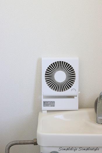 熱気がこもりやすいトイレは、ちょっとしたストレスの素に。こちらのブロガーさんは、コンパクトファンを置いています。コンパクトサイズなら、タンクの上や棚などにちょこんと置けて便利。乾電池や充電式タイプならコードも不要です。とっても暑い日には、ハッカ油のスプレーを拭きつけてさわやかさをアップさせているのだそう♪