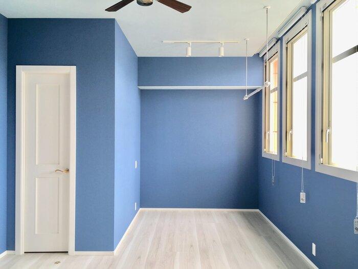 青は、鎮静作用があり「集中力や判断力を高める色」。勉強部屋や仕事部屋、寝室などにぴったりの色です。日当たりが悪い場所や寒い場所に使うと、冷たい印象を与えてしまうことも。