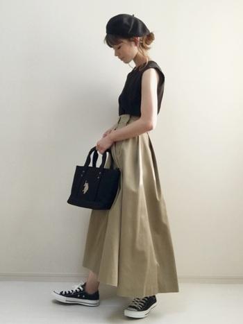 コンパクトなシルエットのタンクトップは、ボリューム感のあるフレアスカートとの相性も抜群です。ベレー帽やトートバッグなどの小物をアクセントにした、女性らしくて上品な着こなしが素敵ですね。ブラック×ベージュのシックな配色も、大人っぽくておしゃれな雰囲気。