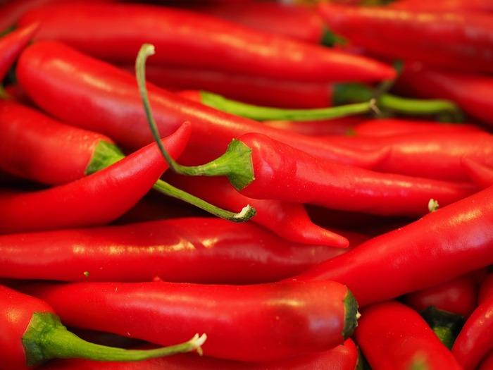 唐辛子に含まれる「カプサイシン」という成分は、新陳代謝をよくすることで身体を温める効果があります。唐辛子は辛さにより一時的にあたためるので、汗をかいたままにすると逆に身体が冷えてしまうことも。他のあたため食材と一緒に摂るといいかもしれません。