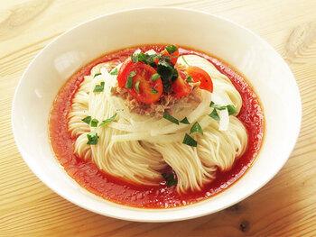 ツナ缶とトマトジュースを使ったイタリアンなつゆ。つゆ作りには火を使わないので、暑い夏に作りやすいレシピです。