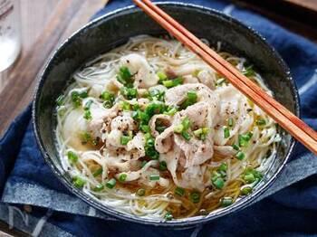 鶏がら・しょうゆ・塩で作ったシンプルなつゆと、豚バラの味わいが美味しい組み合わせ。ごま油の香りも食欲をそそります。長浜ラーメンの雰囲気を味わえるレシピです。