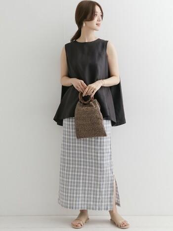 ノースリーブ×ロングスカートの組合せは、毎シーズン人気の定番スタイルです。こちらはふんわりとした女性らしいシルエットのブラウスに、チェック柄スカートを合わせた上品な大人カジュアル。旬のデザインや柄を取り入れることで、より鮮度の高い着こなしが楽しめますよ。