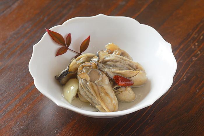 海のミルクと言われている栄養豊富な牡蠣。大好きな人も多いはず。新鮮な牡蠣が手に入ったら是非オイルづけにしてみてください。そのままおつまみにしても、パスタや焼きそばに絡めても、いつでも大好きな牡蠣をいただくことができますよ。冷蔵庫で約2週間保存可能です。