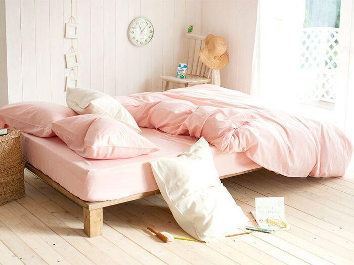 ピンクは、柔らかなイメージで安心感を与え「女性らしさを演出する色」。女の子や赤ちゃんの部屋にぴったりです。好みが分かれやすい色なので、リビングなど家族が集まる部屋には向いていないかも。