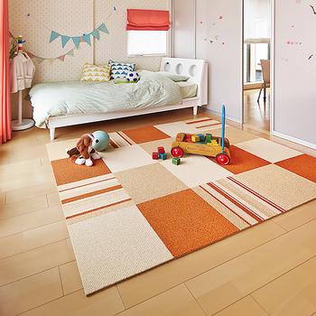 インテリアの色計画は、以下の3つを割合を意識してみましょう。  床や壁、天井など大面積を占める場所には「基調色」。カーテンや家具など中面積で取り入れる「配合色」。テーブルクロスやクッションカバーなど小面積で取り入れるのが「強調色」です。