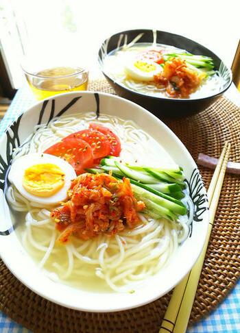 韓国冷麺風のつゆをそうめんに。キムチのピリ辛味で夏にぴったりの味です。