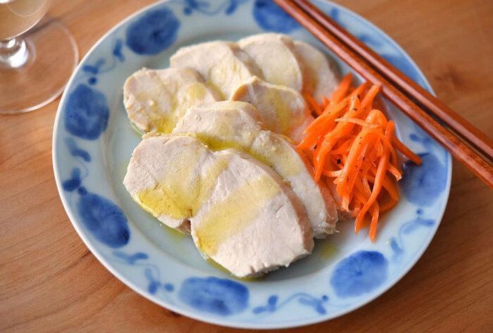 副菜、主食なんでもアレンジ可能なサラダチキン。鶏の胸肉を使うのでヘルシーなのも嬉しいところ。冷蔵庫で3、4日。冷凍すれば約1ヶ月保存できます。小分けに冷凍しておけばお弁当作りや買い物に行けない時の救世主として活躍してくれますよ。