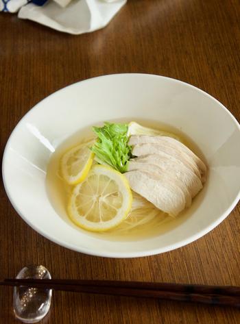 レモンの輪切りとレモン汁を入れて、さっぱりと仕上げるつゆ。酸味が好きな方は、レシピよりもレモンを多めにしてみて。鶏肉と水菜もさっぱりいただけます。