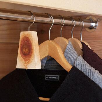 洋服と一緒にかけるだけで、クローゼットの防虫・防カビ・抗菌に。香りが弱くなったら、紙やすりで表面を薄く削るといいそうですよ。繰り返し使えるのが嬉しいですね。