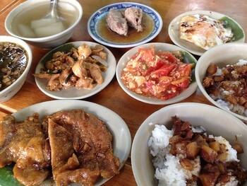 魯肉飯は、台湾の代表的なローカルフード。スパイスとともに醤油で甘めに煮込んだ豚肉を、煮汁ごとご飯にかけ、高菜炒めなどを添えて楽しむ丼物です。台湾では、総菜とともに楽しむのが一般的で、丼よりも小さい茶碗に盛られて出てきます。