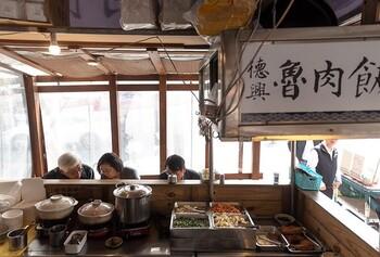 現地では、どこの食堂にもある極めてポピュラーな料理。正しい表記は「滷米飯」ですが、観光客にも分かりやすいように魯米飯と表記しているお店もあります。台湾ブームもあり、魯米飯は日本でもとても人気の料理です。