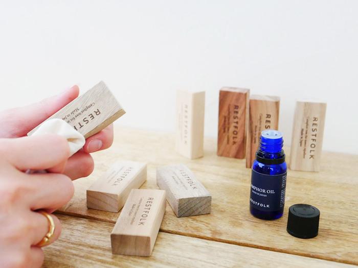 また、クスノキから抽出した「カンフルオイル(別売り)」を染み込ませれば、香りが蘇って繰り返し使えます。お手入れの時間も心地良い香りに包まれそうですね。