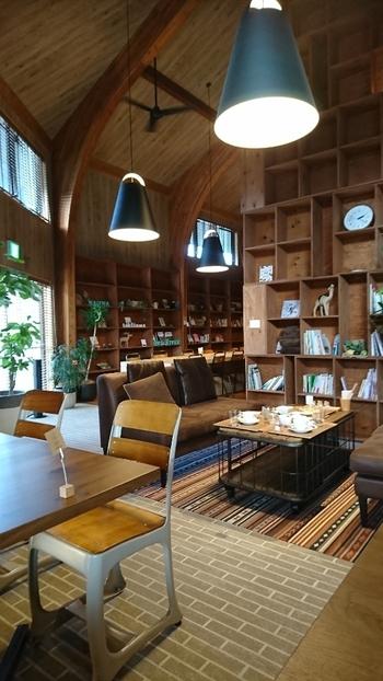 ちなみに、併設の「ときたまカフェ」では、コーヒーやカレーなどのカフェご飯をいだけるほか、このように本棚には、本がびっしり!  木のぬくもり溢れる空間♪のんびり読書タイムを愉しんでみてはいかがでしょう。
