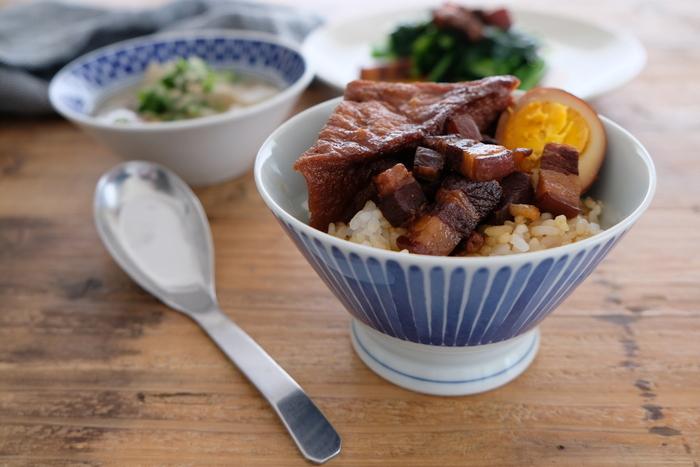 豚バラ肉のかたまりを、水からゆでて臭みや脂を取るのがポイント。そして、ひと口大に切ります。肉の大きさは、現地でもサイの目や拍子切りなどいろいろですので決まりはありません。あとは、調味料や紹興酒とともに煮込み、汁ごとご飯にかけます。ちなみに、こちらのレシピでは氷砂糖を炒めて肉においしそうな色を付けています。