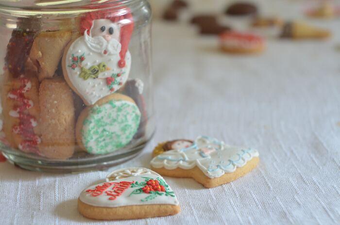 クリスマスは元は、冬至を祝うイベントでした。そこで、家族の無病息災を願い、風邪予防に効く生姜を食べたという説。また、シナモンなどの香辛料を使ったお菓子は日持ちもするので、寒く長い冬の時期に作られるようになったという説もあります。