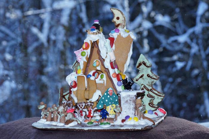 ドイツ語で、魔女の家をさす『Hexenhaus』(ヘクセンハウス)。壁や屋根をクッキーで作った後に、チョコレートやマシュマロの飾りつけをしましょう。