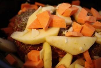 たっぷりのお野菜と一緒に作るローストポーク。 ダッチオーブンを使って固まり肉も美味しく料理できます。