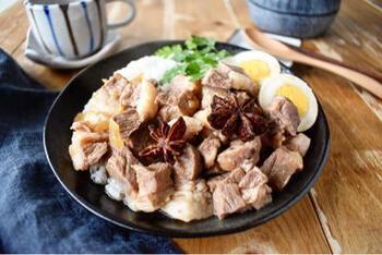 炊飯器に、豚ロース肉(かたまり)の角切りと調味料を入れて、スイッチを入れるだけ。簡単ですが、八角などの香りもきいた本格的な味です。炊けたら、ゆで卵も漬け込んでおきましょう。