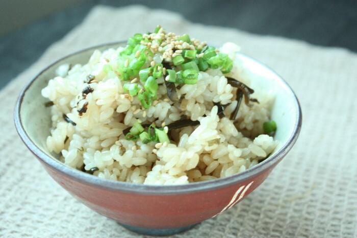 こちらは炊き込みご飯のレシピ。水の代わりに、麦茶を使います♪具材は新ショウガと塩昆布だけなので準備も簡単です。炊飯器のスイッチを押せばあとは待つだけ。仕上げにあさつきと白ごまをトッピングしましょう。