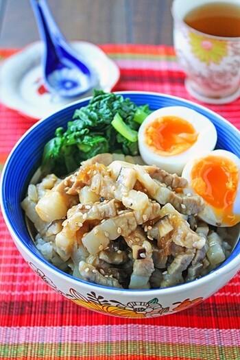 拍子切りにした豚バラ肉に調味料を加えて、レンジにかけるだけ。煮込まずに手軽に魯米飯ができます。簡単に済ませたいけれどちゃんと食べたい、そんなひとりご飯にもおすすめ。