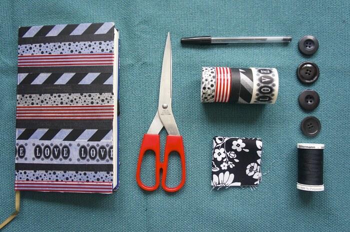 複数のマステを使ってカバーをコラージュするリメイクアイディア。マステ以外にボタンや糸なども組み合わせて、世界にひとつだけのノートを作ってみては。