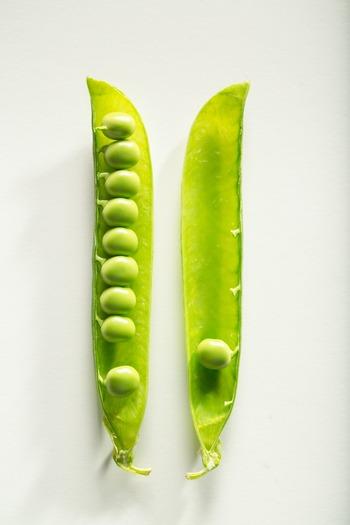 「○本」と数えがちですが、「一莢」「二莢」と数えます。莢に入っている豆類は、枝豆や空豆なども同じように「莢」と数えます。  ただし、莢の中に入っている豆は「一粒」「一個」などと数えます。