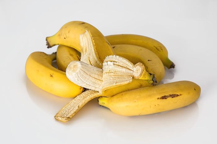 バナナは何本かまとまってくっついているものを「一房」(ひとふさ)と数えます。これは、本数に関わらず5本でも10本でも「一房」(ひとふさ)です。  この房をバラバラに分けると「一本」「二本」と数えます。