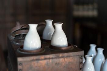 日本酒を飲む時の数え方は、古くは室町時代から続いているものもあります。  杯や升など日本酒を注ぐ器を表した「一盃(いっぱい)」・「一升(ひとます)」、相手への敬意をこめた「一献(いっこん)」などの数え方は、お酒を酌み交わす時間をより大切にしたくなりますね。