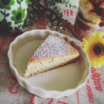 こちらはホットケーキミックスを使ったお手軽ケーキのレシピ。緑茶は茶葉をそのまま使っています。バターの代わりにホワイトチョコレートとサラダ油を使っているのも斬新。アーモンドプードルが手に入らなければ、ホットケーキミックスの分量を増やしましょう。