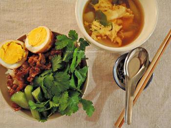 花椒やシナモン、クローブなどは、五香粉を構成するスパイス。五香粉を切らしていても、それら単体のスパイスを合わせれば、魯米飯にふさわしい味が出せます。こちらは、パクチーを添えることで、よりアジアンな風味をプラス。ピリ辛のスープを添えて召し上がれ。