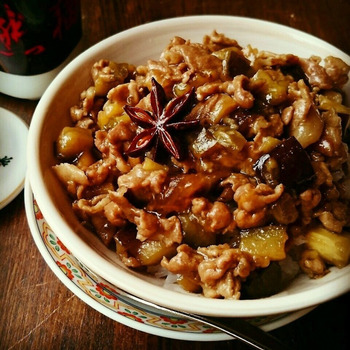 手軽でリーズナブルな豚こま肉と、油と相性のいいなすを使った魯米飯。肉とだしのうまみをなすが吸って、濃厚ながらもさっぱりといただける、この季節にぴったりなレシピです。