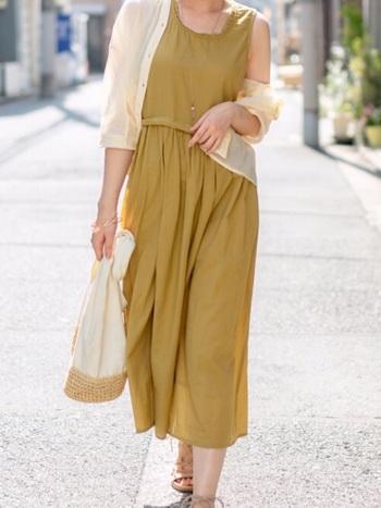銀杏を思わせる鮮やかなマスタードカラーは、コーデのアクセントに最適な秋色。モデルさんのようにワンピースで分量を多めに取り入れるなら、ホワイトのカーディガンを羽織って明るく軽やかにまとめるのが◎