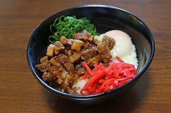 魯米飯の具は、多めに作って冷凍しておけます。好きなときに解凍してご飯にのせるだけですので、忙しい平日にも便利。あとは、おひたしや簡単な汁物などがあれば十分ですね。