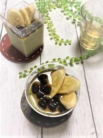 緑茶ゼリーにアレンジを加えたスイーツです。牛乳が入るので、ミルキーなゼリーになりますよ。人気のタピオカをバナナと一緒にトッピング。トッピングは簡単にアレンジできますので、お好みの量&食材で試してみてくださいね♪