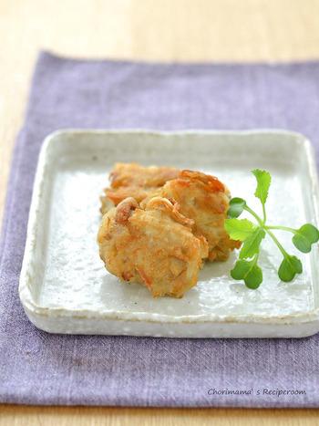 手で小さくさいたエリンギを袋に入れて、塩、上新粉を入れて綿棒で叩いて一口大にまとめたものを揚げるだけ。簡単で材料も少なくコスパ抜群レシピは、新鮮な食感がやみつきになりそう。