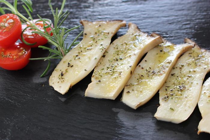 エリンギにオリーブオイルを塗って、ガーリックパウダーとハーブソルトをふったら、トースターで焼くだけで◎の簡単レシピ♪ご飯もお酒もすすむ、覚えておきたい時短節約レシピです。