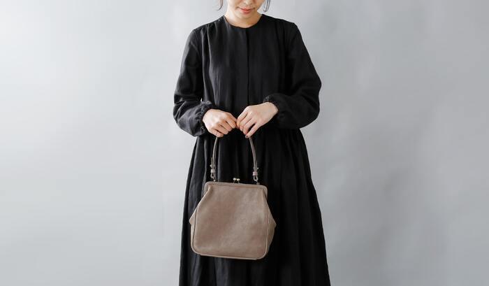 着物の時だって、荷物は普通に持ちたい…実はそんなときがほとんどですよね。  例えばこんなシンプルなグレーのがま口バッグなら、和の雰囲気もなんとなくあって色んなタイプの着物にもしっくり合います。