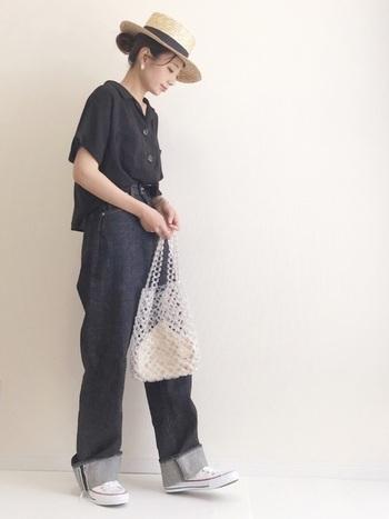ツバ広のカンカン帽に、ブラックのシャツとジーンズでカジュアルに。素材感や着こなし次第でブラックも涼しげに見えるのです!髪をアップにしてすっきり見せているのもポイント。