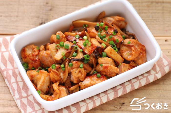 鶏肉とエリンギの七味焼きは、少ない調味料で簡単に作れるうえに、食材本来の美味しさの中にピリ辛の七味のアクセントが効いていて、さらにプリッとした食感も◎。15分ほどで作れるうえに、冷蔵保存が5日ほど可能なので、お休みの日に大量に作っておけば、お弁当のおかずや、忙しい夜のおかずにも使えそう。