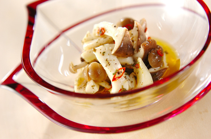 サッとゆでたエリンギとしめじを、  赤唐辛子、ニンニク、ドライパセリ、 レモン汁、塩、コショウ、オリーブ油のマリネ液に浸けて作るマリネ。ピリ辛の味付けはおつまみに最適。