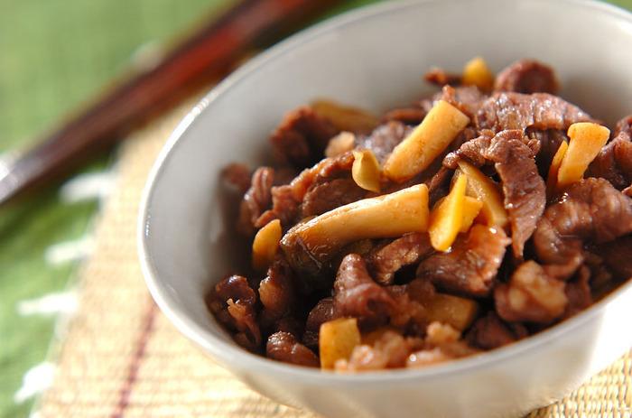 エリンギと牛肉の薄切りで作るしぐれ煮。いつもの牛肉のしぐれ煮にエリンギを加えるだけで、食感も良くボリュームもアップし、より食欲をそそります。