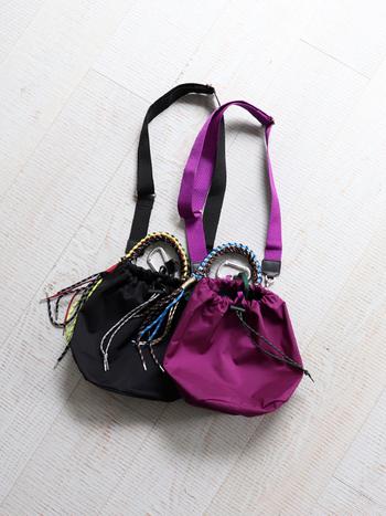 持ち手としても使えるハンドルがカラフルで、なおかつ巾着タイプの形もかわいいメイドインジャパンのバッグブランドzattuのミニショルダー。