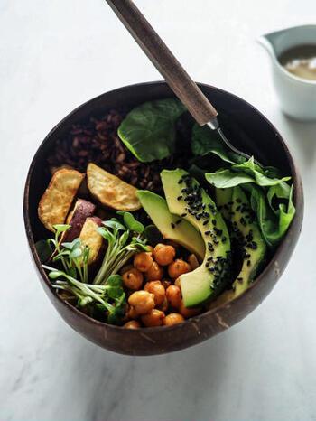"""ブッダボウルとは、野菜・穀物・ナッツなど多彩でヘルシーな食材を盛り合わせた丼のこと。菜食が仏教の精進料理を連想させることや、盛られた食材がふっくらした仏陀のおなかのように見えることからこの名がついたとか。""""ヴィーガンボウル""""などとも呼ばれています。"""