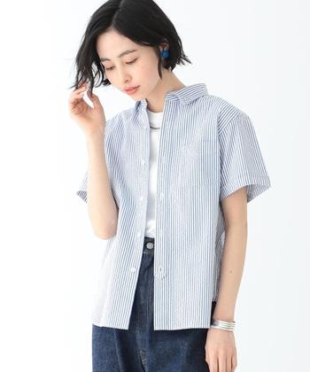 ストライプのシャツは、デニム+白Tを合わせてカジュアルダウン。これだけだと子供っぽく見えてしまうので、バングルやネックレスなどのアクセサリーでトレンド感を追加しましょう!